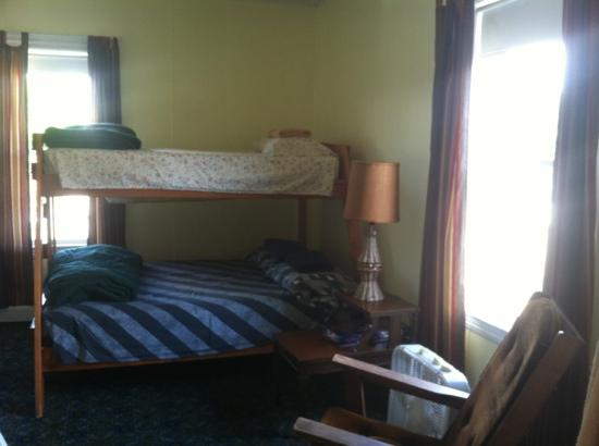 Appalachian Trail Lodge : some other bunks, the singles are right next to them