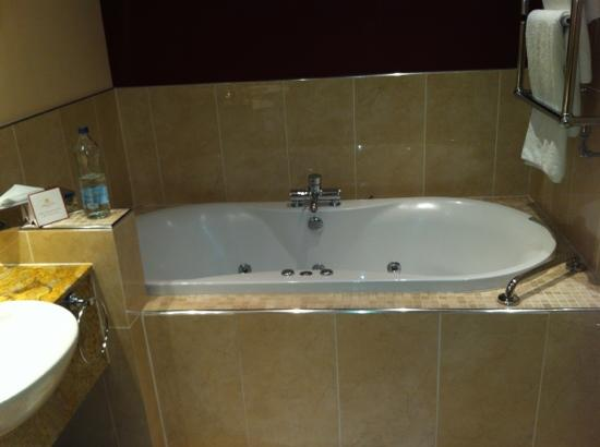 Tullamore Court Hotel: suite 305 jacuzi bath. lovely.