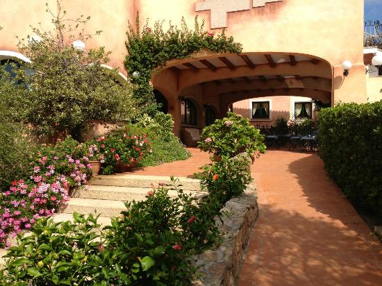 Hotel La Rocca Resort & Spa: Way to the front desk