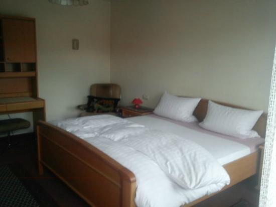 Miltenberg, Alemania: Doppelzimmer im angegliederten Pensionshaus des Hotels