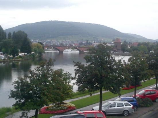 Hotel Mildenburg: Blick vom Balkon in Richtung Mainbrücke
