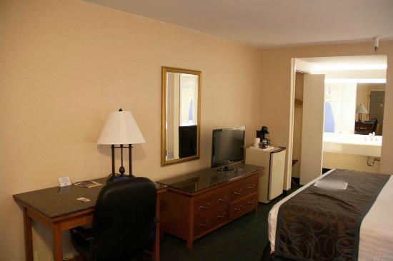 Best Western Pasadena Royale Inn & Suites: Le bureau et la télé