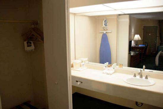 BEST WESTERN Pasadena Royale: Le lavabo et la penderie