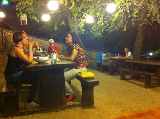 Gli Eremi: i tavoli in pineta
