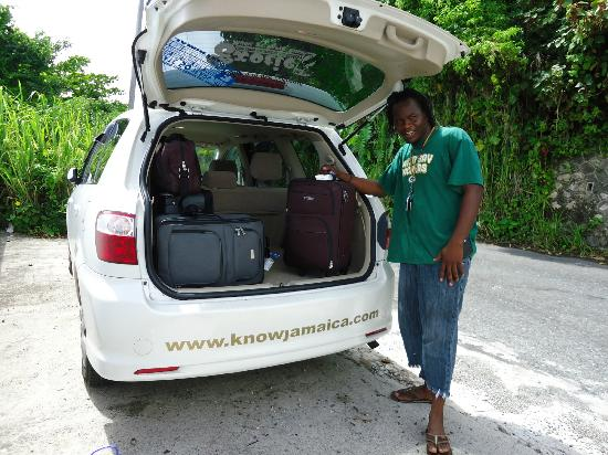 Know Jamaica Tours : Javia loading the car between villas - Port Antonio