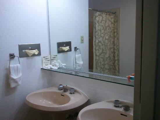 Y O Ranch Hotel & Conference Center: Bathroom