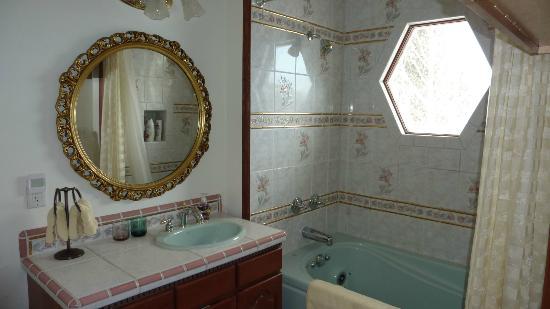 Alpine Rose Bed and Breakfast: Bathroom