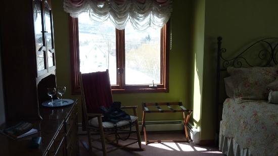 Alpine Rose Bed and Breakfast : Zoe's rose garden room