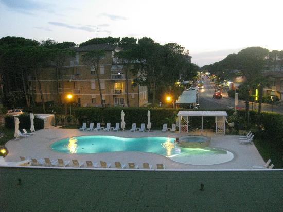 Hotel San Marco : la vista della piscina dalla camera