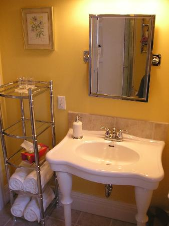 Between the Maples: Silver Maple bathroom