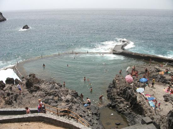 Natural pool picture of globales tamaimo tropical for Piscina natural de puerto santiago