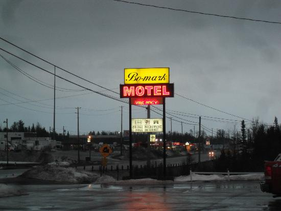Bo-Mark Motel: The sign at the side of the highway.