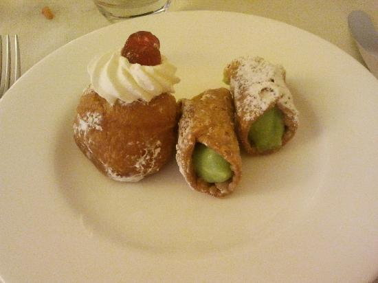 Hotel Baja: Dessert: mini babà e cannolini siciliani al pistacchio