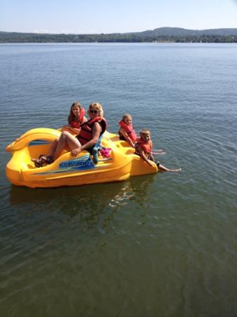 Dunromin Waterfront Campsite & Cabins: paddle boats at the campground
