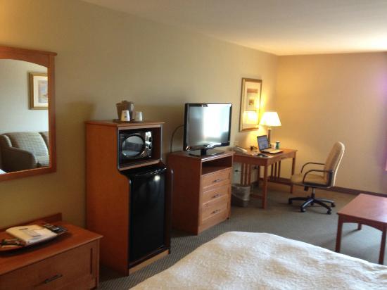 Hampton Inn Twin Falls Idaho: Micro-Fridge, TV and Desk Area