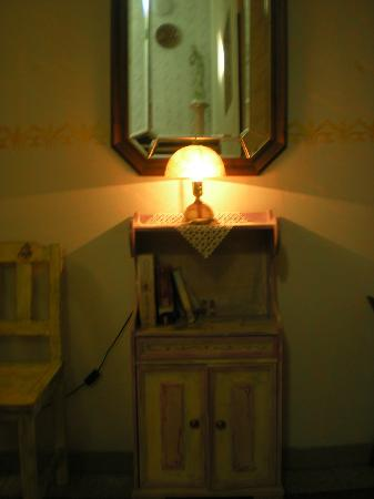 Park Hotel: Un mobiletto libreria nel corridoio davanti alle camere(i libri sono veri!)
