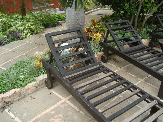 The Villa Merida Hotel: Las sillas de la alberca no pueden utilizarse