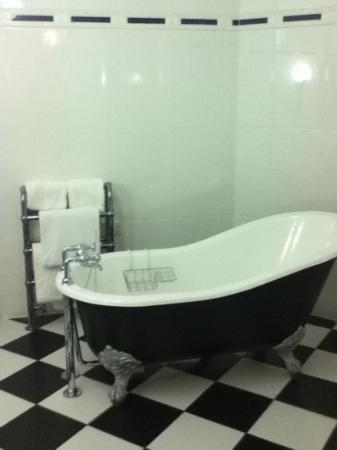 Beechwood Hotel: The Slipper Bath in Room 1