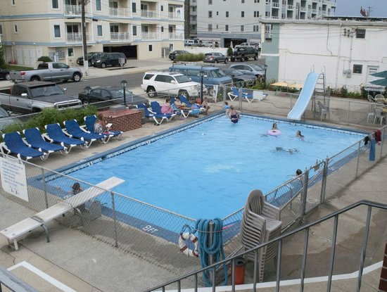 Sea Chest Motel : HUGE Pool w/ diving & sliding!