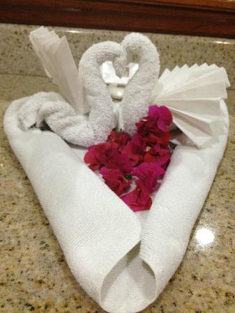Hotel Condovac la Costa: Swans made by housekeeping from clean towels