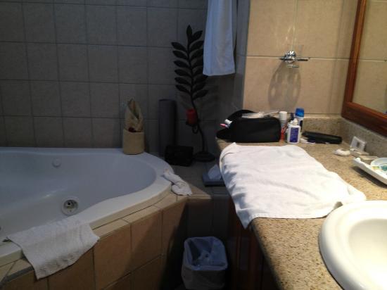 Hotel Condovac la Costa: Upstairs bathroom with jacuzzi tub