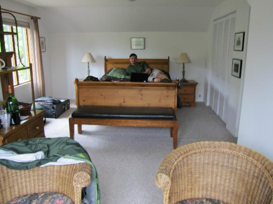 Raven House B&B: Spacious room with full bath and sitting area