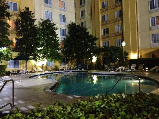 La Quinta Inn & Suites Orlando Convention Center: Pool at night