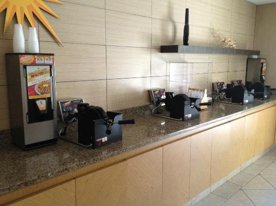 La Quinta Inn & Suites Orlando Convention Center: Waffle makers