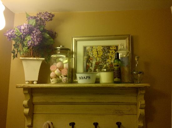 Sleepy Hallowell Bed and Breakfast: shelf in the washroom