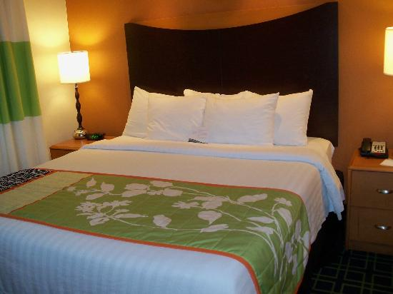 Fairfield Inn & Suites Plainville: King Suite sleeping area