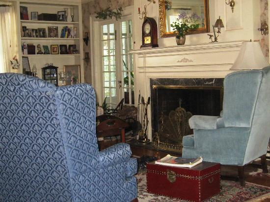 Talley's Corner Bed and Breakfast: Living room
