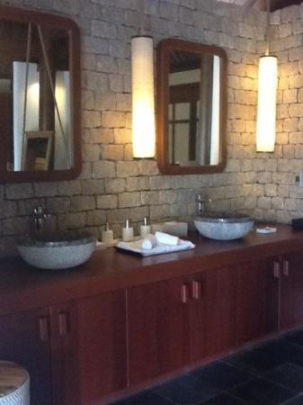 L'Alyana Ninh Van Bay: la grande salle de bains intérieure