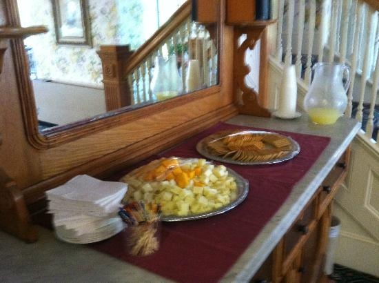 Inn on Mackinac : Cheese, crackers, and lemonade each afternoon