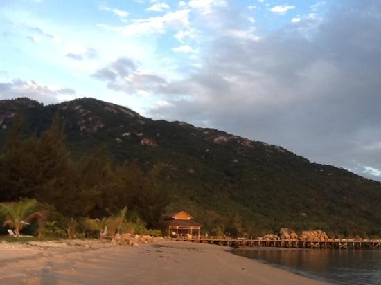 An Lam Ninh Van Bay Villas : la plage, au loin le ponton et le restaurant