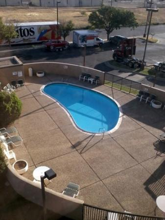 Days Inn Amarillo East: Pool view from 4th floor room