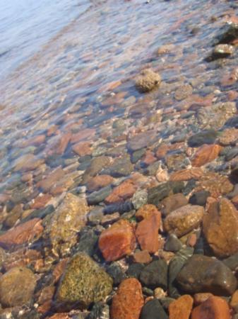 فندق شمس: Colored rocks on the beach. 