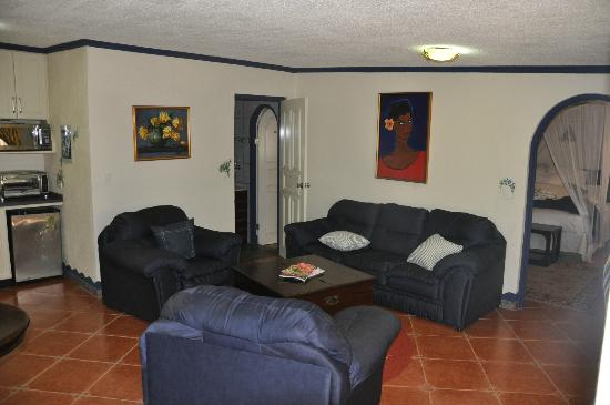 Club Arias B&B: Living Area / Bathroom