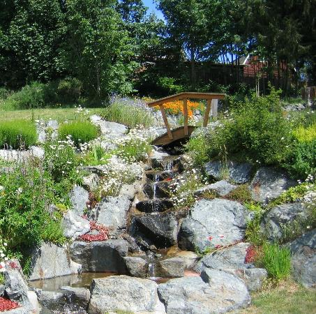 Merridale Cidery & Distillery: Water fall on the way to the pond