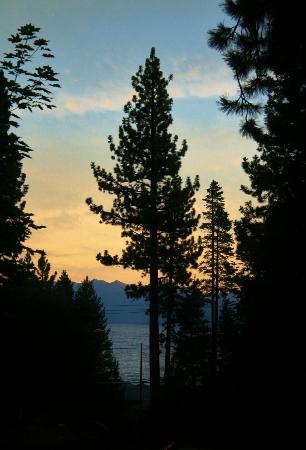 Tahoe Vista Lodge & Cabins: View of Lake Tahoe from our porch