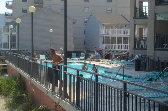 Condotels at Surfmaster: Nice pool area right on the beach