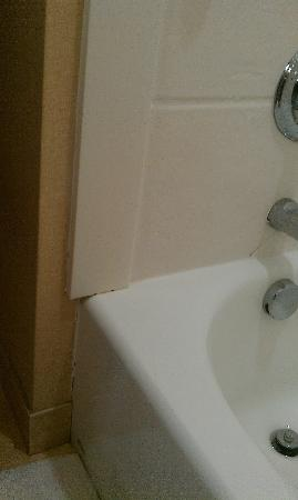 Comfort Suites: unfinished edging on tile work
