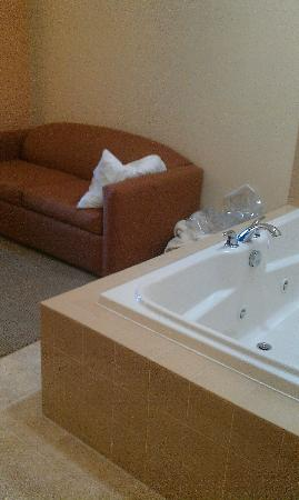 Comfort Suites: yep, there's the couch, right next to the jacuzzi.