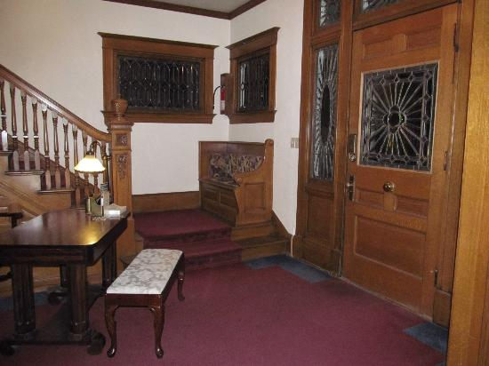 Crescent Lily Inn : Entry Hall