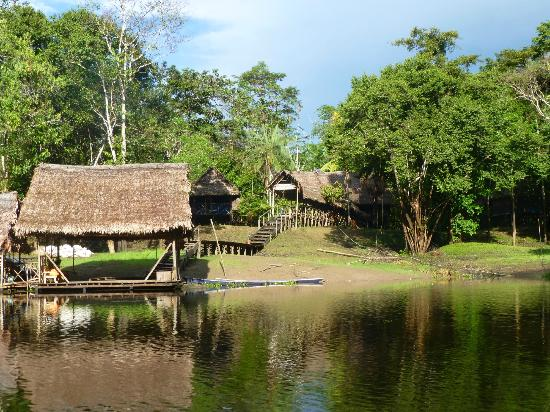Muyuna Amazon Lodge: view of the lodge from the river