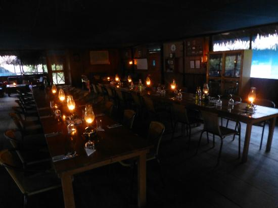 Muyuna Amazon Lodge: Dining room ready for dinner by lamp light