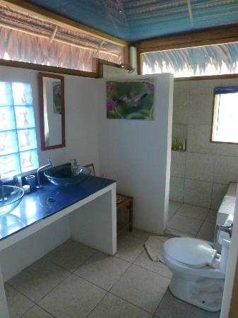 Muyuna Amazon Lodge: Bathroom - quite luxurious for the jungle I thought