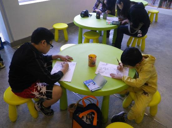 Seac Pai Van Park: The Park's Information Centre provides activities for kids such as drawing, colourful etc.