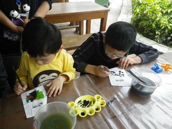 Seac Pai Van Park : My kids are concentrating on their master piece.