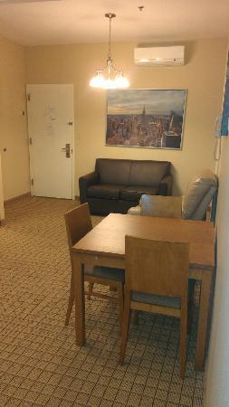 Pointe Plaza Hotel: Living room, not stylishj, but roomy
