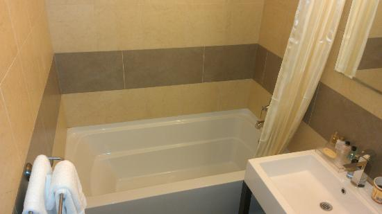 Pointe Plaza Hotel: Deep tub